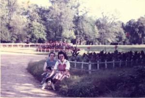 Mme Boutinaud dans le parc en octobre 1961
