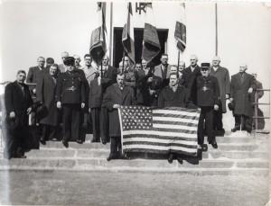 drapeau Us tenu par le maire et le secretaire Canard 8 mars 1960
