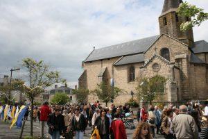 ostensions 2009 foule devant eglise